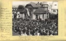 Uroczyste odsłonięcie tablicy pamiątkowej, ufundowanej dla uczczenia dwudziestoletniej rocznicy pobytu Pierwszego Marszałka Polski Józefa Piłsudskiego, wraz z oddziałem Legjonowym w Jabłonkowie dnia 15.VII.34. Podczas hymnu narodowego przed odsłonięciem tablicy. Na trybunie p. Konsul Generalny
