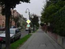 Głubczyce. Ulica Chrobrego. Po lewej budynek komendy policji, 2007 r.