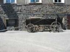 Głubczyce. Wóz drewniany - reklama knajpki przy ulicy Koszarowej, 2004 r.