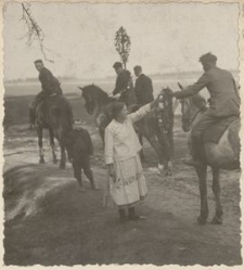 O/S. Gebräuche- Osterreiten. Am Waldesrande erhalten die Osterreiter von den Dorfschönen Kränze
