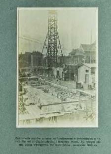 Zakładanie murów suteren na fundamentach betonowych w narożniku od ul. Jagiellońskiej i Nowego Placu. Na tylnym planie wieża wyciągowa dla materjałów (czerwiec 1925 r.)