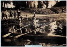 Kresy. Polscy oficerowie odpoczywający nad jeziorem, lata 40-te XX wieku.
