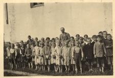 Nauczyciel polskiej szkoły w Grabinie, p. A. Liczbański, wśród dzieci szkolnych Grabiny
